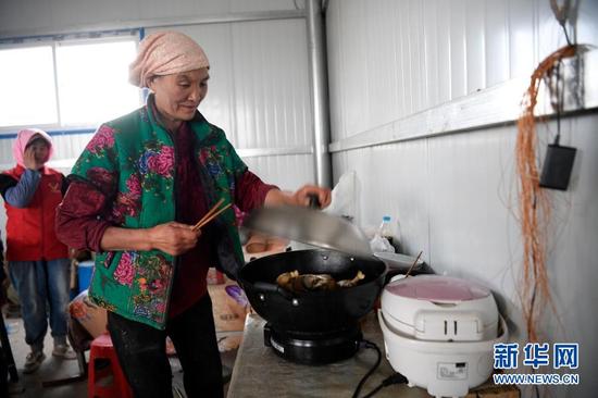 李耀梅为工人准备了晚饭(10月26日摄)。新华社记者 杨植森 摄