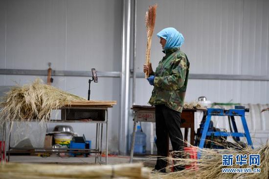 李耀梅在网上直播销售自己制作的高粱笤帚(10月27日摄)。新华社记者 杨植森 摄