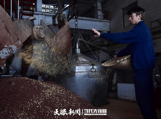 工人在准备上甑摘酒的酒醅中添加谷壳,谷壳起到支撑疏松作用,避免粘结并利于溶氧发酵