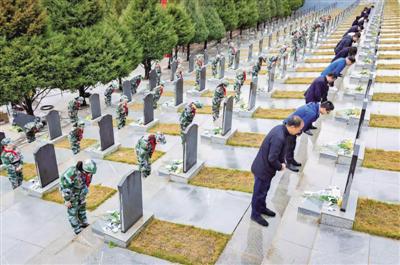 <p>  全体人员向烈士墓鞠躬,表达对革命先烈的敬仰与缅怀之情。</p>