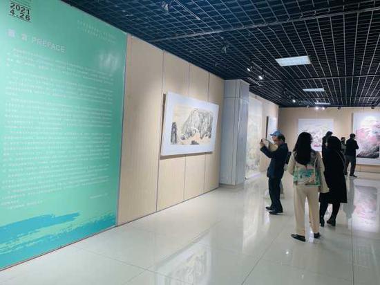 現場駐足觀看畫作的藝術愛好者們。