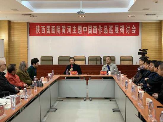 研討會上陜西藝術家郭線廬發言講話。