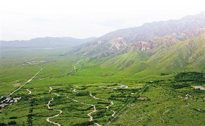 <p>  生態環境綜合整治修復使賀蘭山舊貌換新顏。本報記者 馬楠 攝</p>
