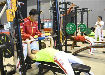 教练员、运动员使用功能性阻力训练系统进行体能训练。本报记者  高晓刚   摄