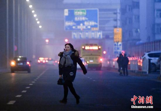 乌鲁木齐雾霾弥漫 外出民众脚步匆匆