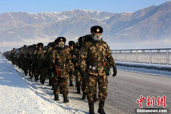 武警新疆总队机动第四支队千余官兵开展野营拉练