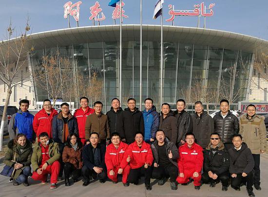 图为西北油田访惠聚工作组8日在阿克苏合影留念。