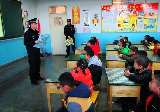 民警向在校学生进行铁路安全常识讲解
