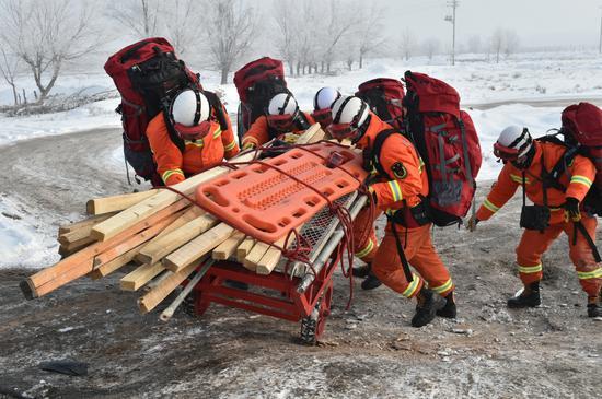 新疆昌吉消防支队零下20℃开展地震拉动实战演练