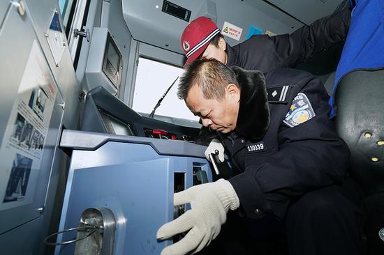 乌鲁木齐消防安全检查走进中欧班列牵引机车