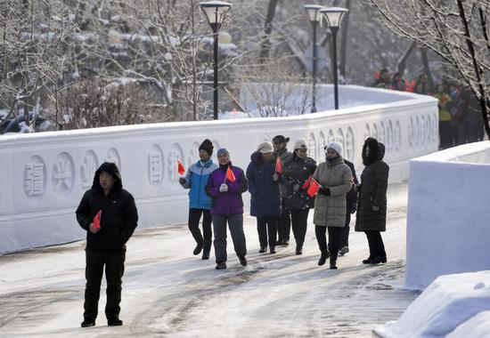 乌鲁木齐社区现百米十九大主题雪雕墙