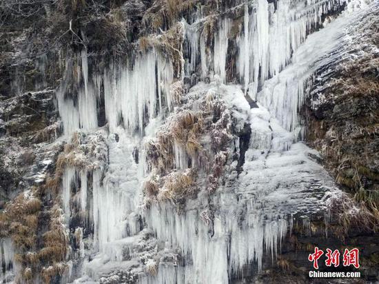"""梵净山景区因雨雪凝冻形成""""山石云瀑"""""""
