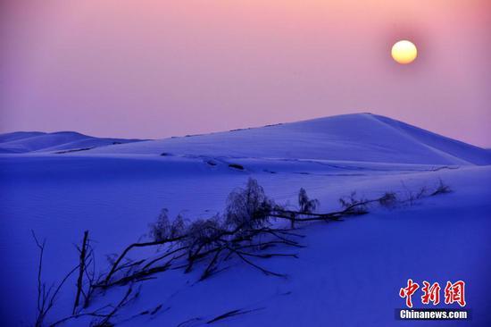 新疆塔克拉玛干沙漠雪景展现极致之美