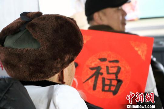 小学生客运站现场为旅客书写福字春联