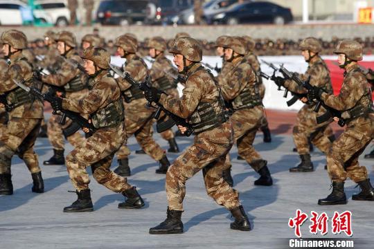新疆军区某红军师举办首届冰雪运动会