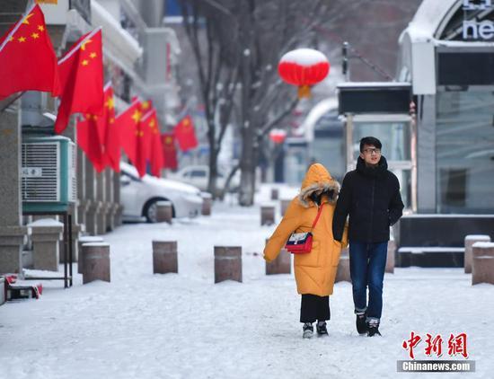 新春佳节 乌鲁木齐民众踏雪外出走亲访友