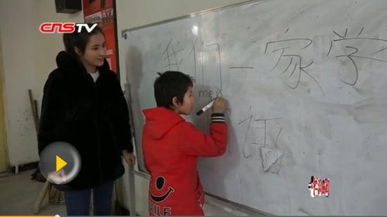 新疆大学生寒假返乡助力驻村工作队 翻译授课两不误