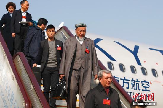 全国人大新疆代表团抵达北京