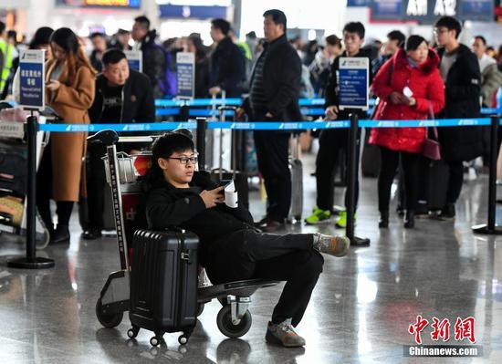 受冻雾天气影响 超6000人滞留乌鲁木齐机场