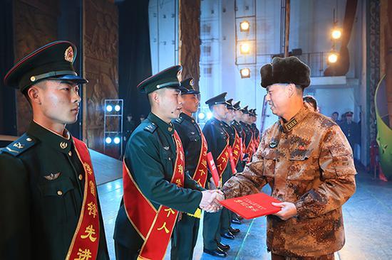 新疆军区某红军师:做新时代雷锋传人能打仗热血尖兵