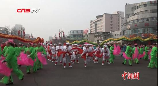 中国西部举办大型社火表演 多民族歌舞亮眼