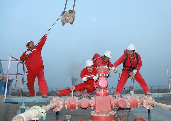 一线员工在更换YJ2—5井光杆。