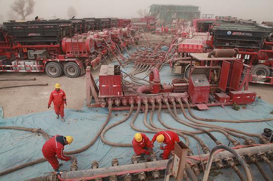 3月3日,经过5小时的连续奋战,顺北7井成功进行酸化压裂措施,标志着顺北7号断裂带拥有丰富的油气藏。.