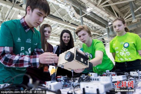 国际机器人大赛拉开帷幕 青少年现场角逐