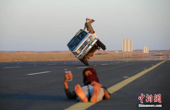 沙特小伙苦练驾驶特技 汽车仅靠两轮行进