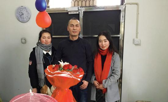萨尼耶为加吾兰·吉利力送上鲜花。