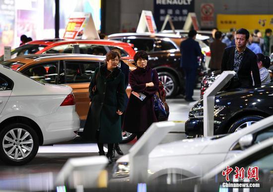 新疆315国际车展 吸引大量购车族