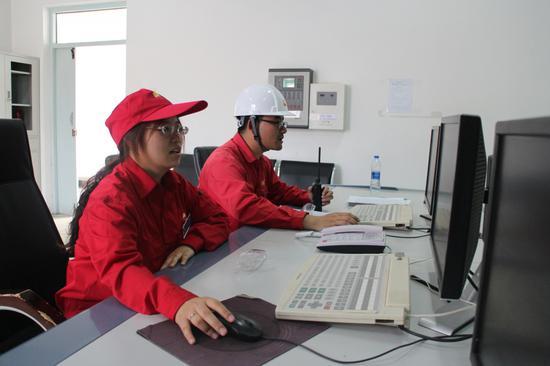 采气一厂盆5气田工程技术人员查看单井参数监控。蔺媛