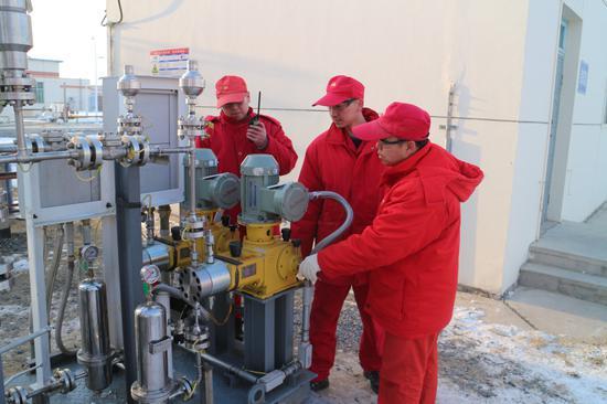 采气一厂盆5气田员工检查处理站设备运行情况。余娟