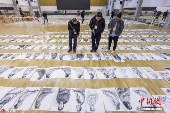 中国美院阅卷现场 数万张考卷铺满两座体育馆