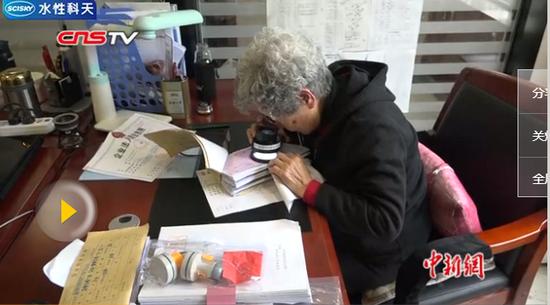 """新疆八旬文痕鉴定专家 两万多起案件练就""""火眼金睛"""""""