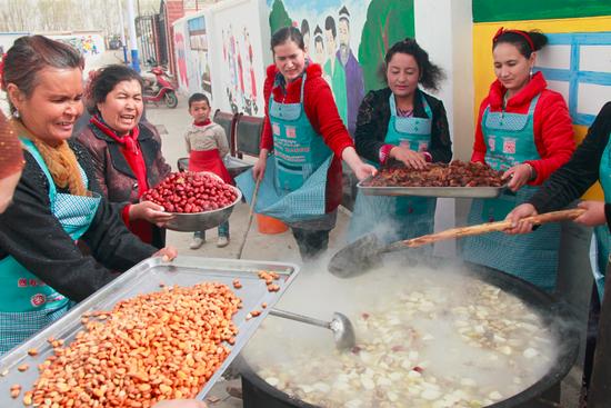 新疆交通厅驻村工作队与村民共庆诺鲁孜节