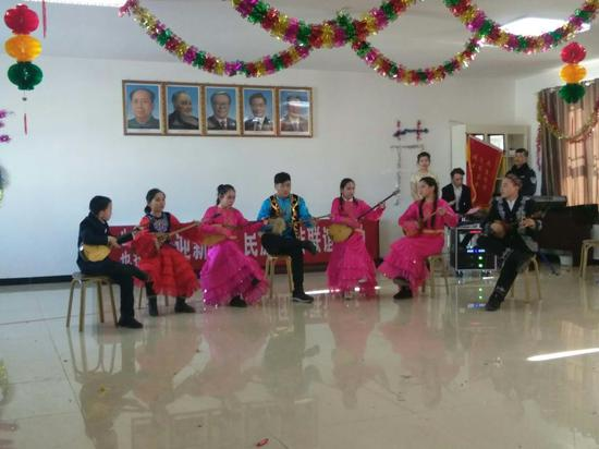 工作队、村两委组织当地民众开展联谊活动。