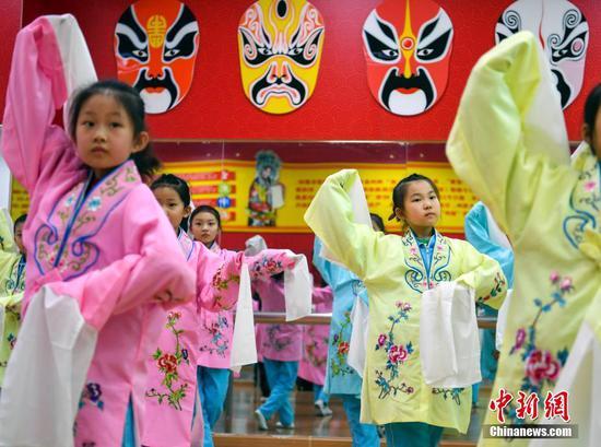 传统文化艺术教学走进乌鲁木齐小学校园