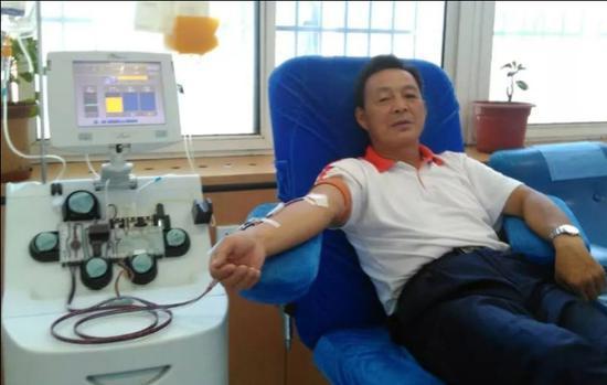 在周建胜的影响下,妻子和儿子也加入了志愿献血的队伍。康立柱 摄