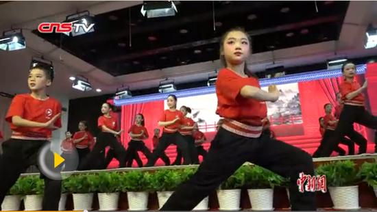 乌鲁木齐市一小学表演京剧广播体操