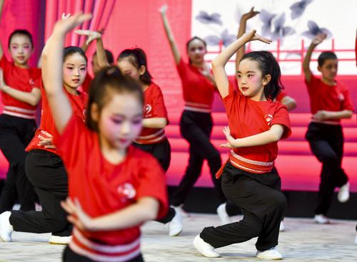 传统文化进校园 乌鲁木齐一小学推行京剧课间操