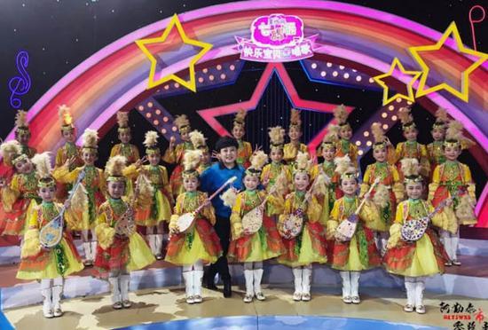 指导老师马咏智和孩子们。