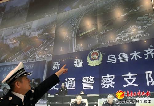 4月8日,市公安局交警支队支队长段然介绍道路通行情况。(记者蒋晓摄)
