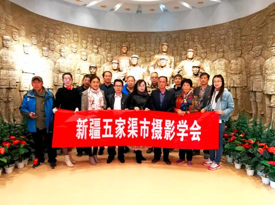 五家渠市摄影学会组织参观新疆兵团第六师军垦博物馆。赵新华 顾雅齐摄
