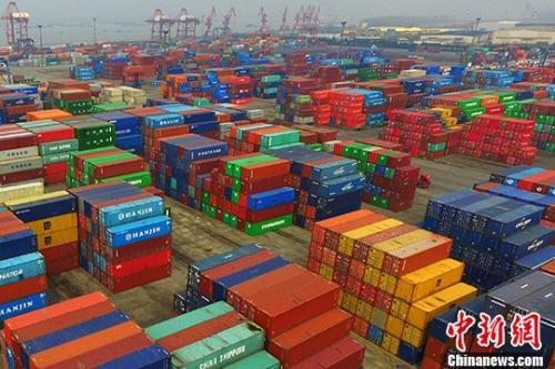资料图:港口摆放着的进出口集装箱。中新社记者 泱波 摄