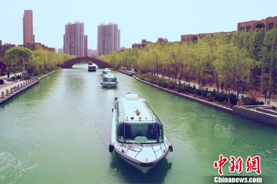 """新疆库尔勒迎""""开船日""""千余游客乘船同游场面壮观"""