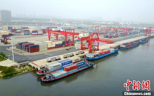 资料图:合肥港国际集装箱码头作业区。 中新社记者 张娅子 摄