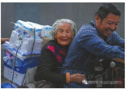 尽孝谋生两不误 四川货郎驮92岁老母工作