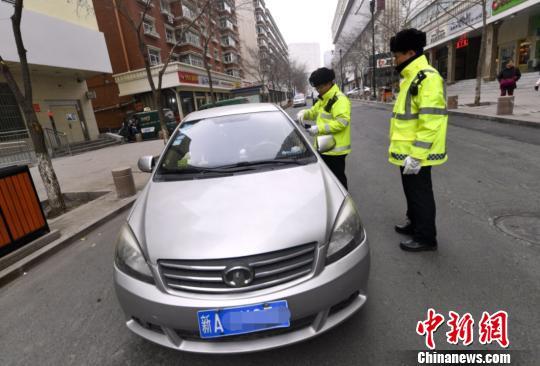 资料图:交警上路执法。刘新 摄