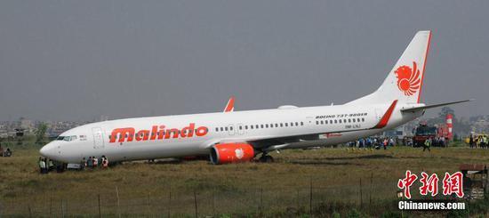 一架客机在尼泊尔加德满都机场冲出跑道